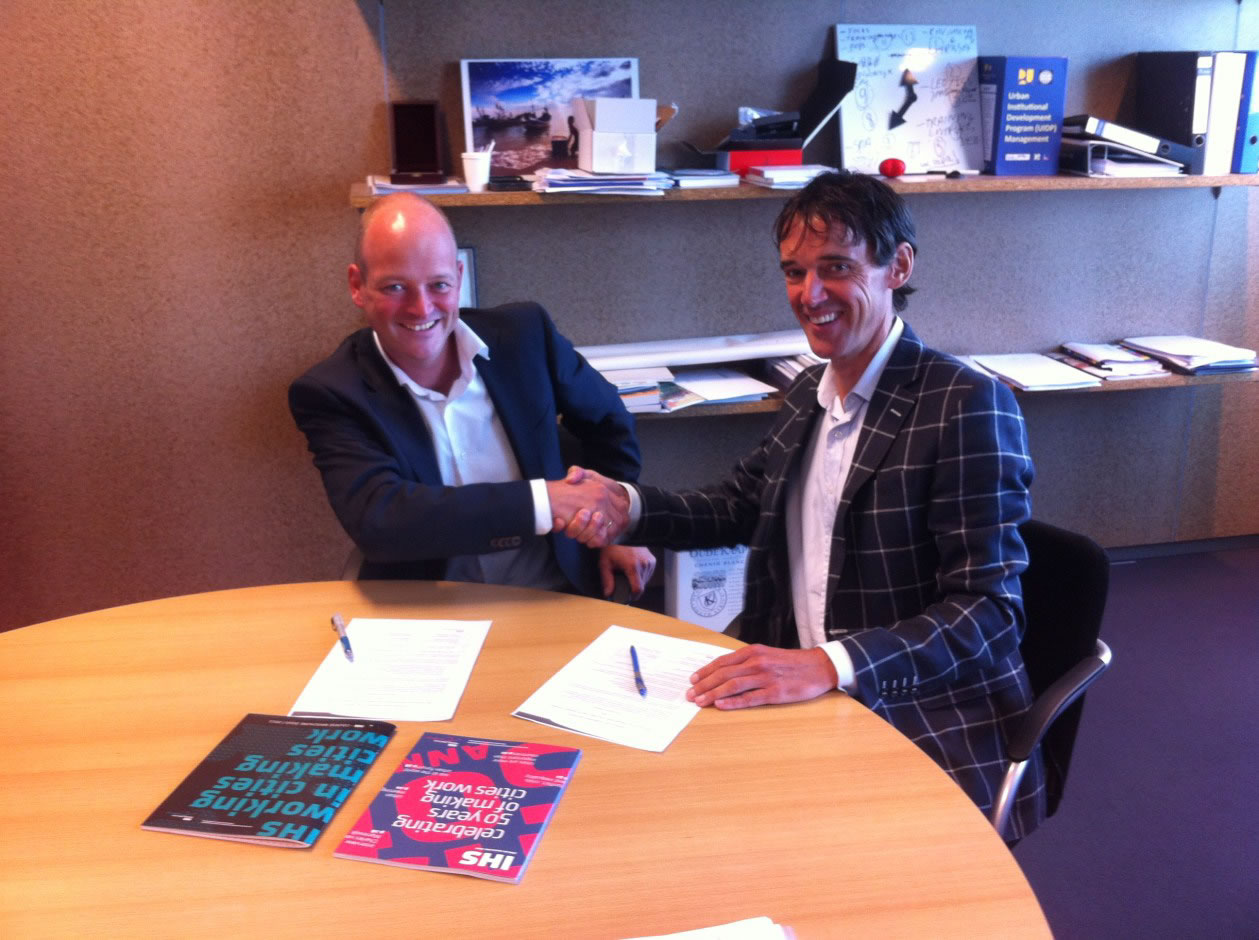 Signing of the cooperation agreement by Anne Dullemond (director Strategis) and Kees van Rooijen (director IHS)